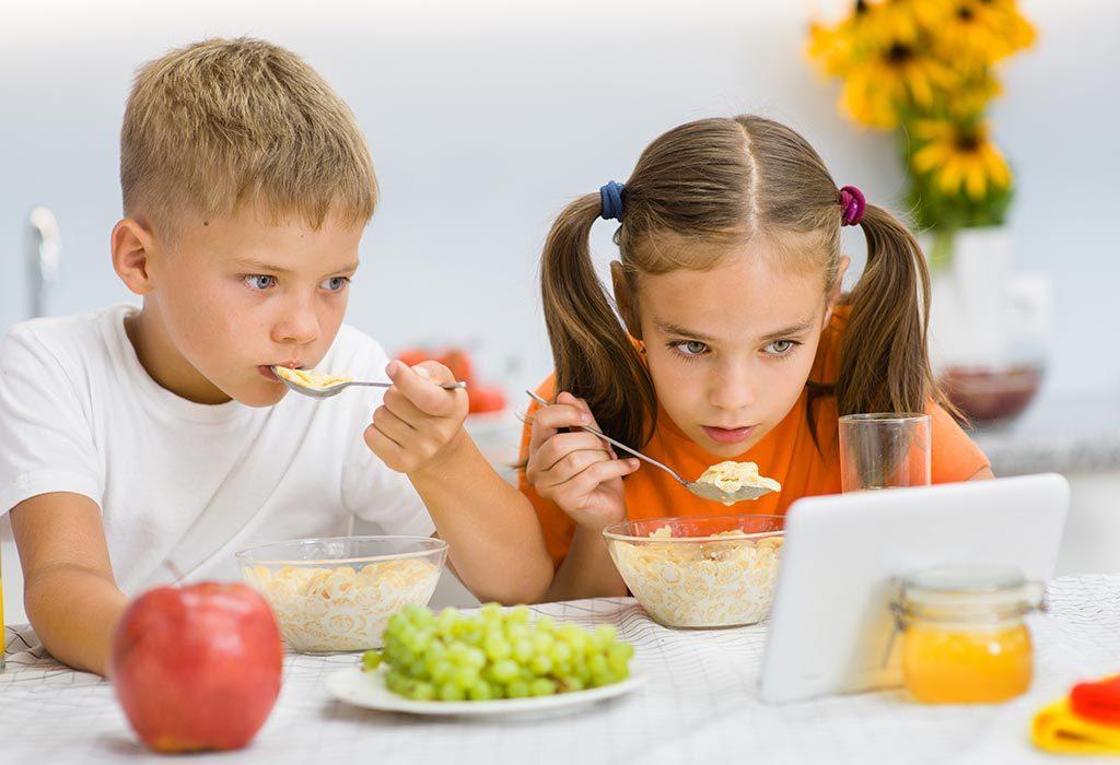 дети едят под планшет